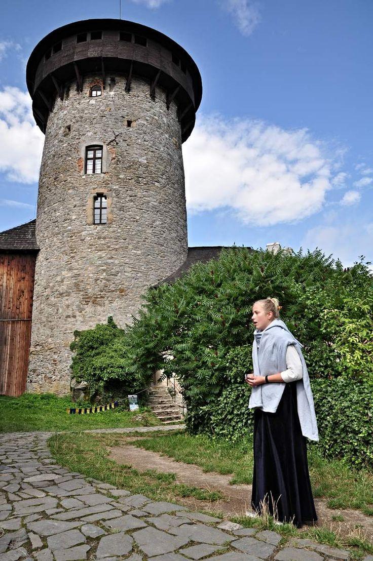 hrad Sovinec, Morava: Nejrozsáhlejší hradní komplex v Nízkém Jeseníku. Byl založen ve 14.století, následně v 16. století renesančně upraven a v17. století opevněn. Na sklonku téhož století zde sídlila první lesnická škola v českých zemí. V roce 1945 hrad vyhořel a v současnosti je postupně rekonstruován. 17. srpna 2014