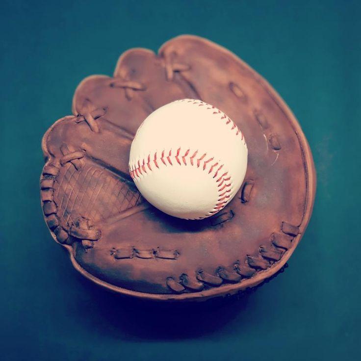 Baseball glove  - Cake by Teresa Frye
