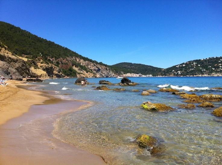 La parte más bonita de Ibiza no se publicita. Ok, iros a las discotecas... Yo me quedo aquí. Playa de 'Aguas blancas'. Ibiza.