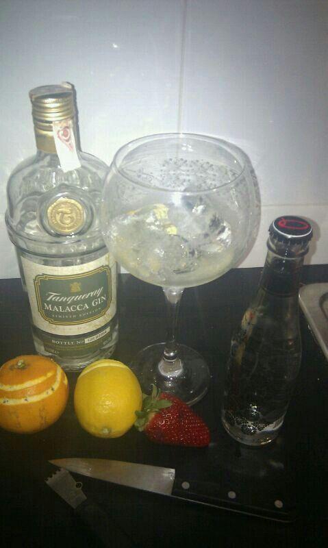 GinTonic de Tanqueray Mallaca con Tónica Original, botanicos twist de limón y naranja con fresas.