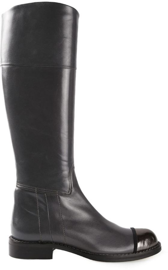 €656, Botas de Caña Alta de Cuero Gris Oscuro de Chuckies. De farfetch.com. Detalles: https://lookastic.com/women/shop_items/116392/redirect