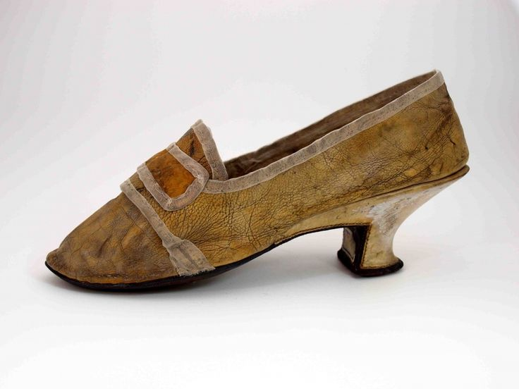 Lady's shoe, 1770-1790, beige leather. The skirt trims the straps and the shaft are no longer present in the original. They were renewed. The heel is 6 inches high, curved and coated with light-colored leather. Buckle is missing. Heel internally reinforced with brown leather. Museum Weißenfels - Schloss Neu-Augustusburg