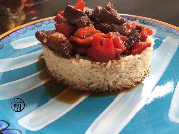 Ingrediënten voor 4 personen600 gram varkenskarbonade1 pakje spekjes5 el Vanka Kawat ketjap4 el olijfolie3 el rijstazijn3 el water2 cm verse gember2 tl gemberpoeder½tl zwarte peperBereidingswijze1. Snijd het vlees in kleine blokjes. Bestrooi het vlees met zwarte peper, gemberpoeder en een scheut ketjap. Laat dit circa 2 uur samen met de spekjes marineren.2. Doe de olijfolie