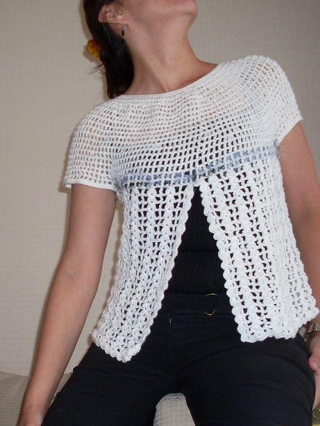 Polera tejida en hilo color blanco con la técnica del crochet y aplicación de fantasía matizada. $14.000.- Talla 40 - 42