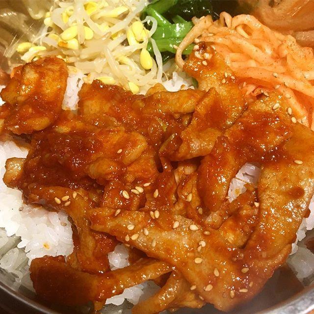 . 今日のLunch* 大好きな韓国料理💓 . がっつり食べました☺️ 金曜日なのであと少しですね♡ . 豚トロ丼💕💕 . 900円でした👌 . #ソナム#韓国料理#韓国 #恵比寿#ランチ#グルメ#女子 #OL#instafood#コリアン #ebisu#肉#豚トロ #lunch#開拓中