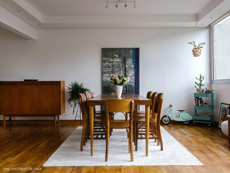 Sala De Jantar Tem Mesa, Cadeiras E Aparador De Madeira.