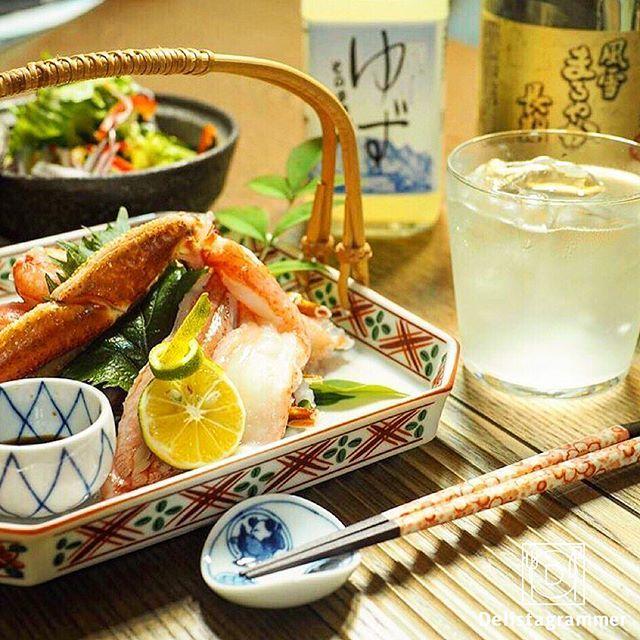 ouchigohan.jp 2017/07/11 19:39:17 【#おうちごはん通信】photo by @wappadegohann 台風も過ぎ去り、あつーい夏ももうすぐ目の前!👀🏝✨🌻 キンキンに冷えたお酒が美味しい時季でもありますよね♪フェスや海辺や山の中でわいわい飲むのも楽しいし、涼しい部屋でゆったり飲む、というのもまた夏の醍醐味です。😋☝️ . ビールやシャンパンなど夏に飲みたいお酒はたくさんありますが…その中でも様々な味があり、比較的飲みやすいことから女性にも人気があるのが「チューハイ」ですよね!🙌😆 . 作り方はとても簡単で、無色透明でピュアなクセのない味わいが特徴の「焼酎甲類」をジュースでお好みの比率に割るだけ♪ . 例えば、 @wappadegohannさんはゆずジュースと割って、お刺身と併せて楽しんでらっしゃいます♪その他、梅ジュースと割って晩酌に添えたり、夏っぽくトマトジュースと割って飲んでみたりというのも楽しそうですよね!😊🎶🥂 . 色合いも夏っぽいチューハイを簡単に楽しむチャンス!…