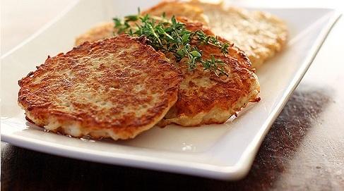 Modifiquei de uma receita original de kartoffelpuffer, as panquecas de batata alemãs