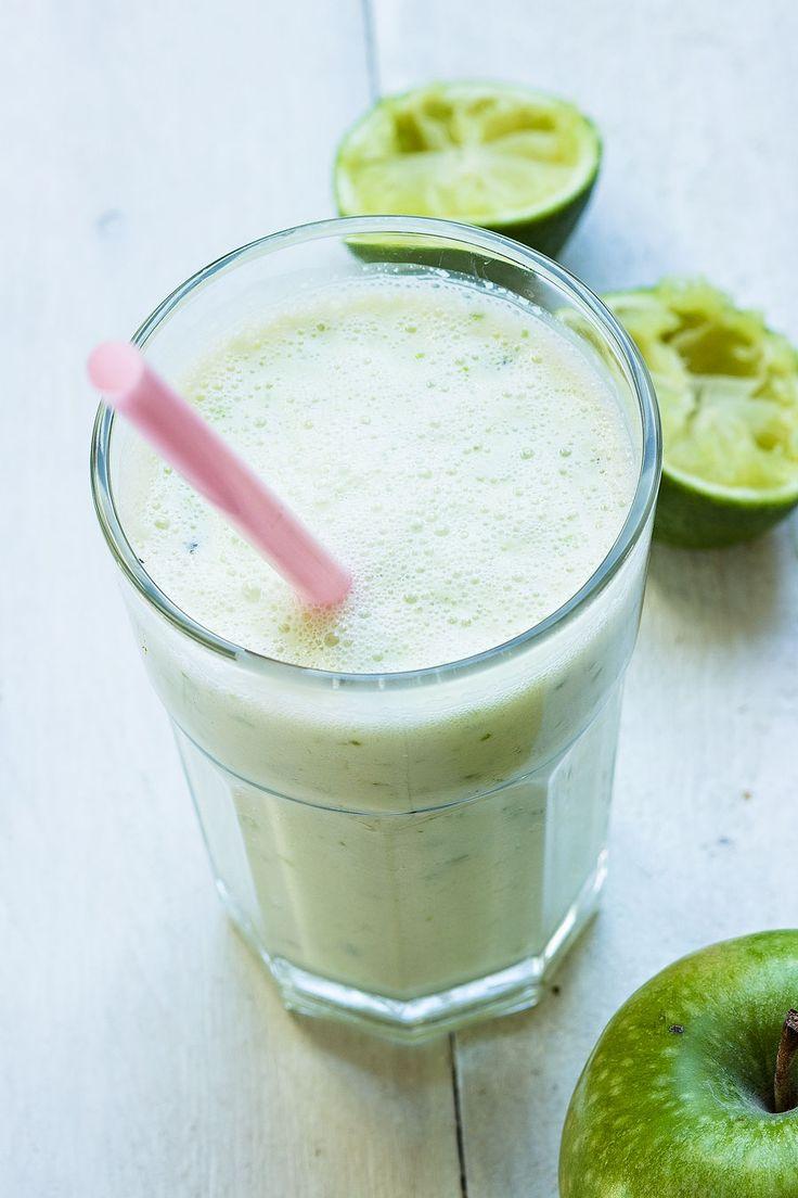 Frisse smoothie met groene appel en limoen. Met deze hoeveelheden heb je genoeg voor 1 vol glas:  1 groene appel met schil 1/2 limoen 125 ml melk 2 el yoghurt.