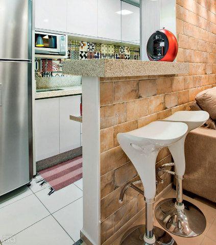 Tampos de granito Da pia (1,60 x 0,60 m) e do balcão (1,10 x 0,45 m). Marmoraria Belmármore, R$ 2500. Marcenaria: itens de cozinha, lavanderia, sala e quartos. SoftLine, R$ 40 mil. Banquetas: modelo Naja. Mobi Design, R$ 229 cada. Projeto de Only Design.