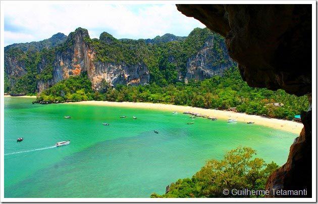 A Tailândia é um destino turístico com clima privilegiado e provavelmente possui as praias mais lindas do mundo. São dezenas de ilhas, baías e praias desertas, mas também existem muitos lugares onde o turismo na Tailândia é bastante explorado. Na minha opinião, Railay Beach é a melhor praia Tailandia, pois além de ser a mais bonita e preservada, existem também muitas atividades para os viajantes.