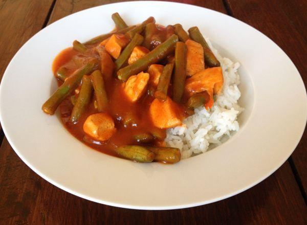 Kip en boontjes in zoetzuresaus. Een simpel, snel, makkelijk en smakelijk gerecht met sperzieboontjes, kip, rijst en een hele makkelijke saus.