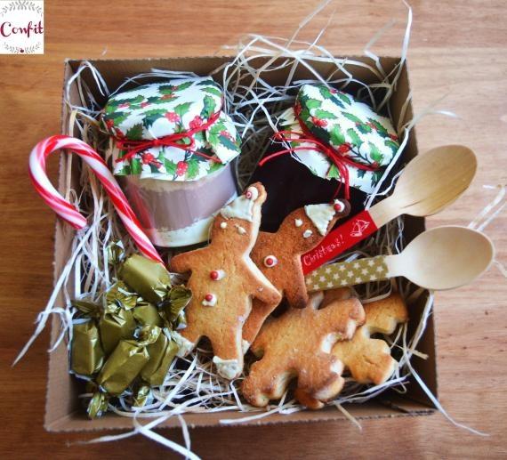 Caja de navidad / Confit - Artesanio  http://artesanio.com/confit/caja-de-navidad+61576  Contiene:  - Mermelada (a escoger entre las disponibles)  - Preparado para chocolate a la taza con chispas de chocolate y mininubes  - Bolsa de toffes caseros  - 12 galletas de jengibre  - Dos cucharas de madera decoradas  - Caja regalo