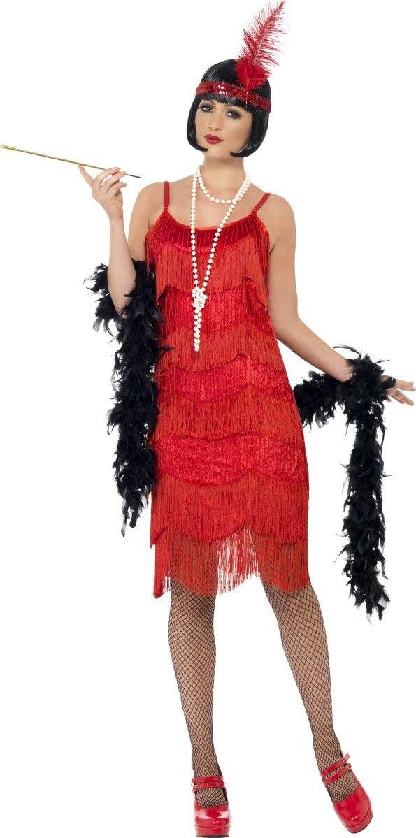 Déguisement années 20 charleston rouge femme : Ce déguisement de Charleston pour femme se compose d'une robe et d'un bandeau (bijoux, porte-cigarette, boa, collants et chaussures non inclus). La robe rouge effet velours alterne des...