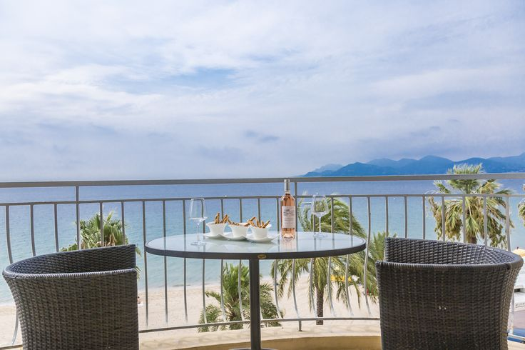 Idéalement situé face au plages du midi, en plein cœur de Cannes. Ce grand appartement de 125 m2 situé au 3ème étage est décoré avec soin. Il bénéficie d'un balcon confortable et bien ensoleillé face à la mer.  La configuration et la fonctionnalité de l'appartement vous offre tout le confort nécessaire pour un séjour idéal: Une salle de bain par chambre, une cuisine équipée et la climatisation.  Prestation hôtelière & conciergerie 24h/24 Parking privé sur les lieux