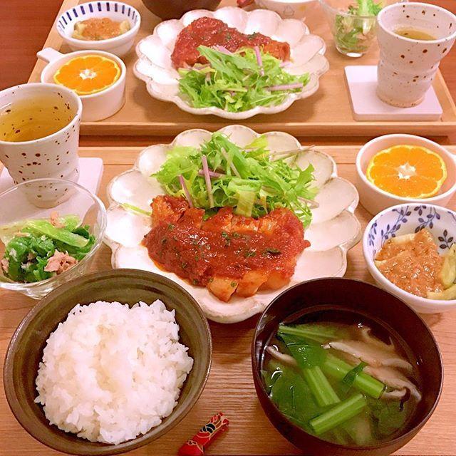 ✳︎ こんばんは☂️ 昨日のお夕飯です^ ^ ✳︎小松菜と椎茸のお味噌汁 ✳︎ポークチャップ ✳︎焼きなすのゴマだれがけ ✳︎山東菜のツナ和え(残り物) ✳︎みかん : : 届いたばかりのふるさと納税のお野菜にお世話になっているので、買ったのは豚肉だけです^ ^ しかし、ポークチャップってなんてご飯に合うんでしょう🐷 昔から大好きです🎵 : : #おうちごはん#今日の晩御飯#晩御飯#お夕飯#夕食#デリスタグラム#デリスタグラマー#料理写真#料理#手料理#クッキングラム#クッキングラマー#まんぷくオータム#cooking#food#instafood#yummy#foodpic#dinner#delimia#豚肉#ポークチャップ#豚#肉#肉料理#肉食