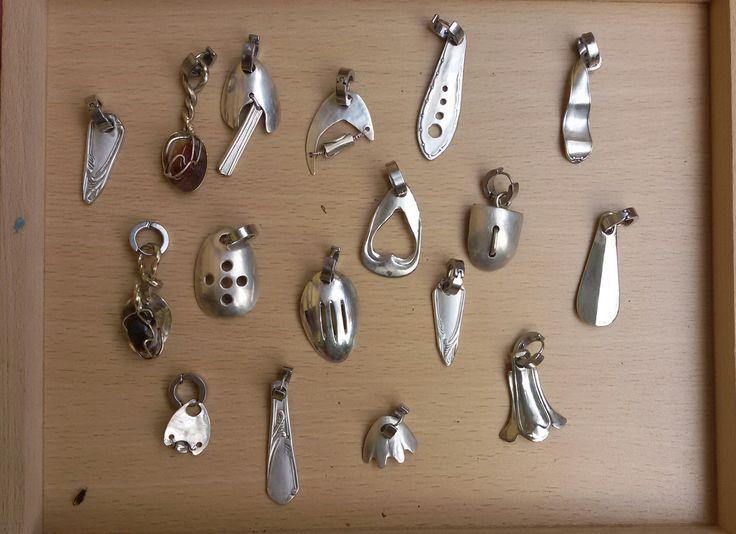ciondoli e orecchini realizzati con cucchiaini d'argento