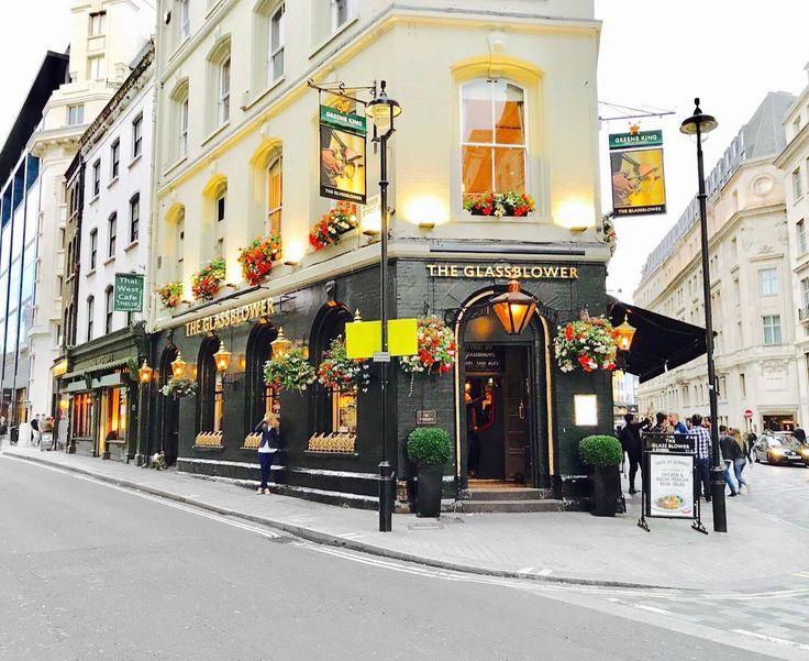 """Ooooh the prettiest Pubs are in London!""  Don't you agreed?! . . . . .  #London # #londoncalling #tinseldotinLondon #tinseltravel #welltravelled #passionpassport #travelgram #summertime #mytinyatlas #abmhappylife #creativelyfound #interiordesign #keepexploring #visualsgang #darlingmovement #thatsdarling  #travel #persuepretty #lifestyleblogger #petitjoys  #finditliveit #exploretocreate #influencer  #designstyle  #artwatchers #lookbook #tinseldot #photo by  @tinseldot . . ""Ooooh los bares…"