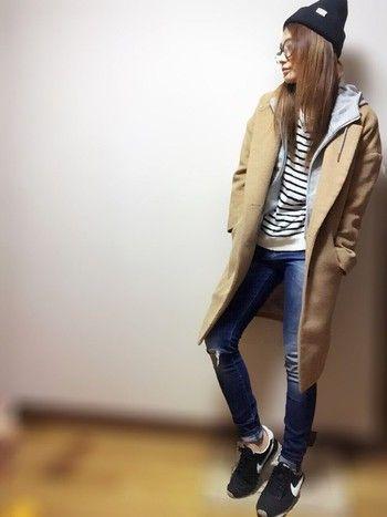 ビッグタイプのチェスターコート。シルエットが綺麗なので、パンツだけでなくスカートにも合います。ボーダー×デニムの定番スタイルなのに、トレンド感がありますね。