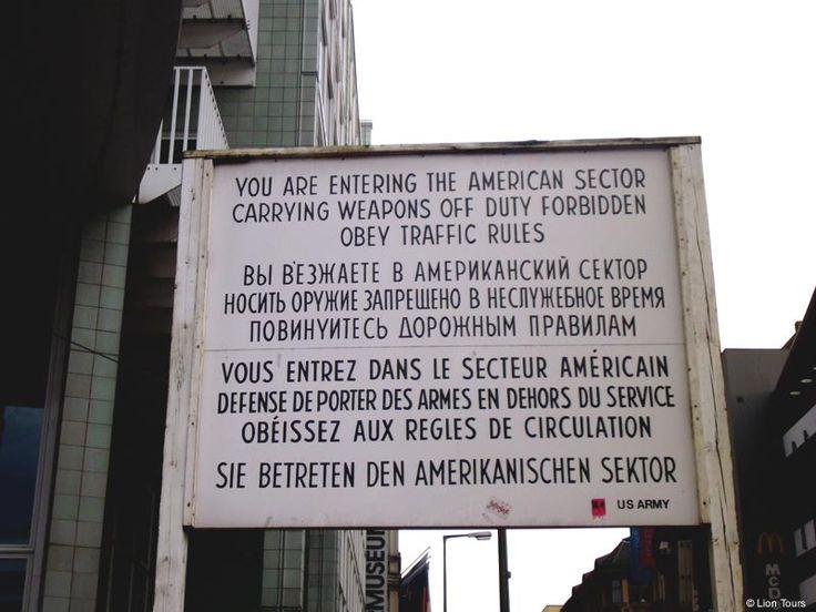 Berlin: Checkpoint Charlie Informationstafel