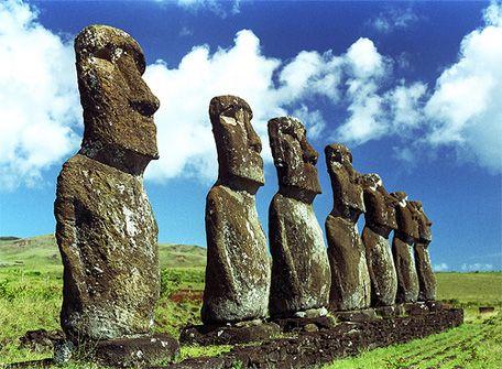 【チリ】イースター島 −誰もが知っているあの石像− チリのイースター島の正式名称は「パスクア島」と言いスペイン語で復活と言う意味。 独特の形をした石像は誰もが知っている。