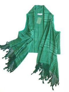Chaleco elaborado a partir de un rebozo tejido en telar de pedal con punta hilada a mano en color verde.