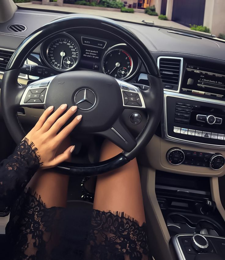 Картинки девушки руль