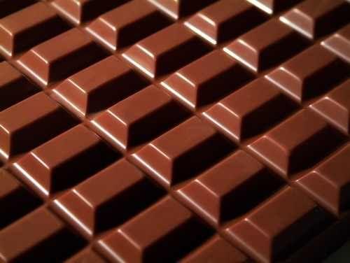 Szoktam csokit csinálni házilag! Ti is? Hozzávalók 1/2 kg cukor 2 dl tejszín 10 dkg teavaj 25 dkg zsíros tejpor 3-4 evőkanál kakaó 2 csomag vaníliás cukor Elkészítése A fél kg cukrot a tejszínt és a vajat lassú tűzön kb 10 percig főzzük, közben a tejport a vaníliás cukrot meg a kakaót egy külön edényben …