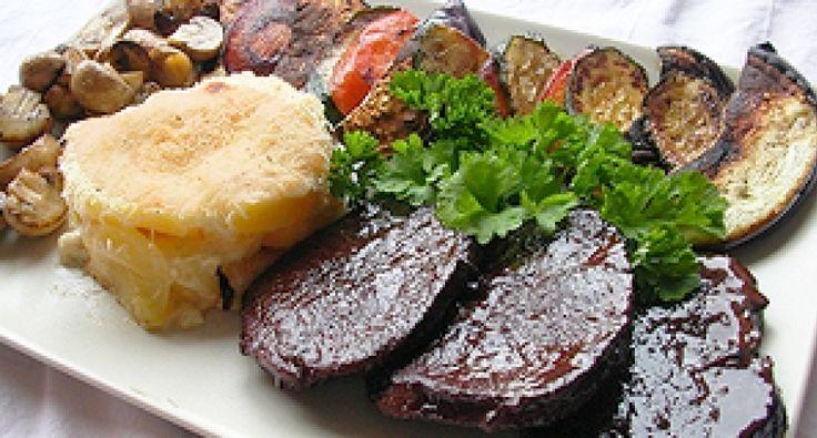 Ez egy isteni étel a vöröshús, és a bor szerelmeseinek. Ahogy a színhúst átjárja a vörösbor zamata, az egyszerűen isteni! Köretként pedig grillzöldséget és Grattan burgonyát ajánlunk.
