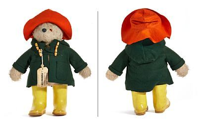 "PADDINGTON-BJØRN  Gabrielle Designs, England. 1970-tallet. Orange hatt og grønn dufflecoat i filt. Dunlope gule gummistøvler. Merkelapp: ""Darkest Peru to London, England Via Paddington Stn. Design Registration No. 957892. Please look after this bear. Thank you"".   PROVENIENS: Liv Greta Brem, Oslo Privat eie"