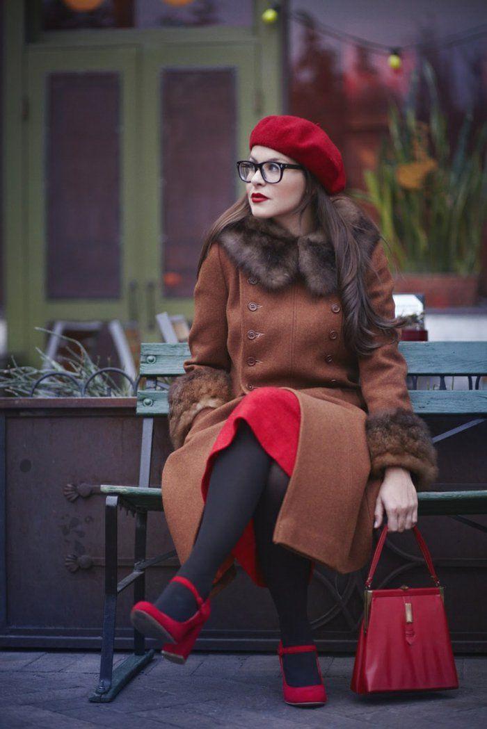 jolie filles avec cheveux marrons et chapeau rouge, béret casquette rouge