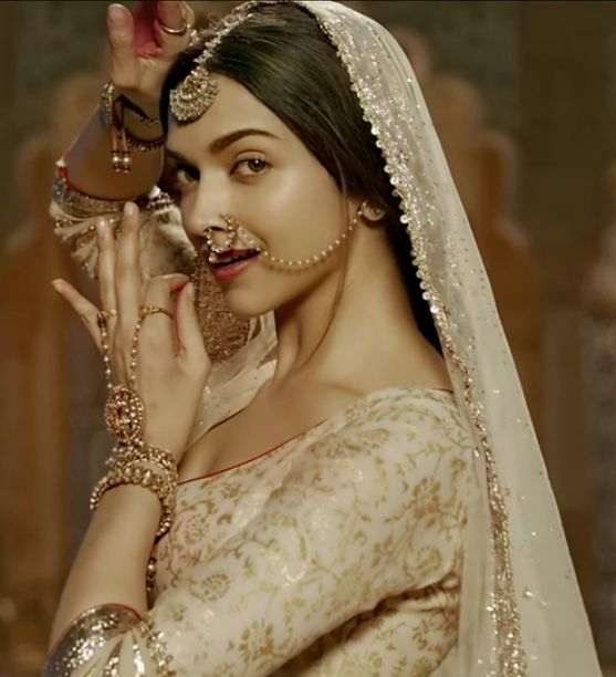 Deepika Padukone plays the role of a Rajput princess in Bajirao Mastani. Note the nath, the maangtika and the lovely delicate hathphool.
