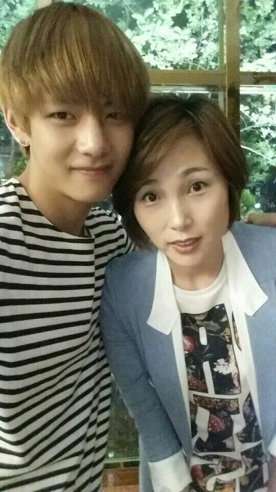 V with his MOM...Know I understand from where he got all this beauty and sexiness