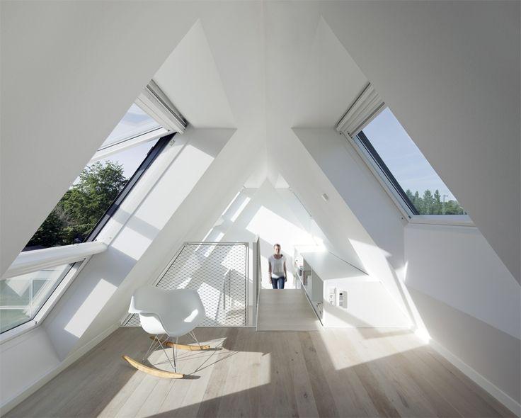 Das Duo der Dachflächenfenster macht aus dem Spitzboden eine lichtdurchflutete Galerie zum Arbeiten und Lesen.
