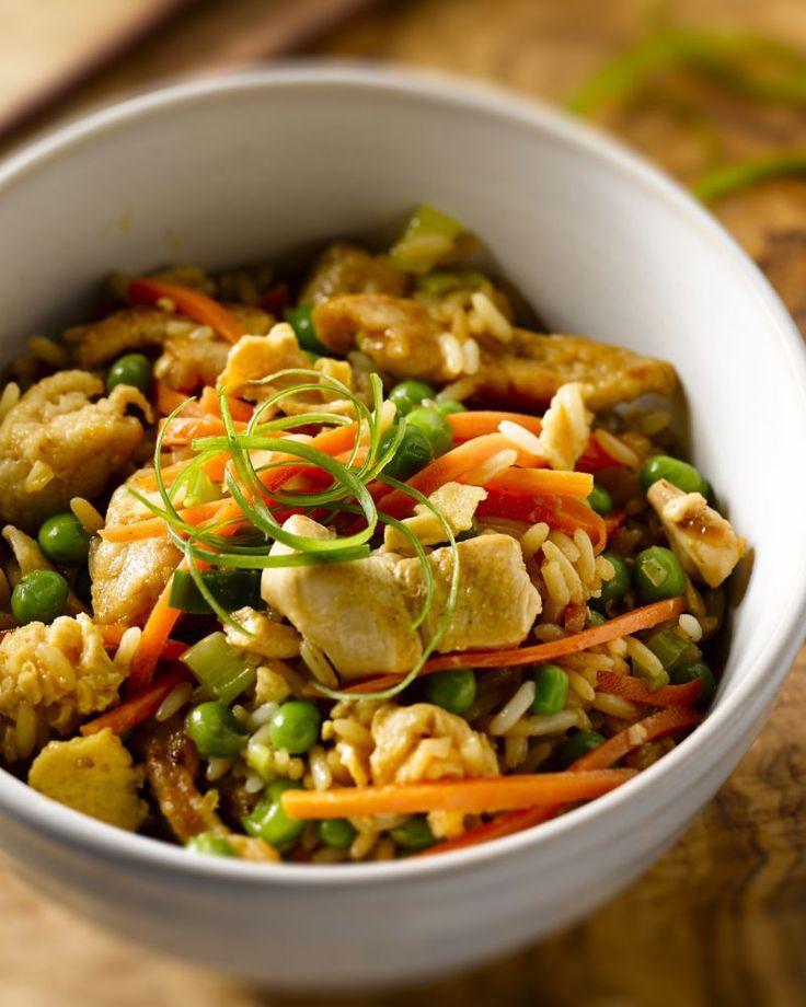 Nasi goreng is gebakken rijst met eitjes en vlees of vis en groenten naar keuze. In dit geval maken we een overheerlijke versie met kip, wortel en erwtjes.