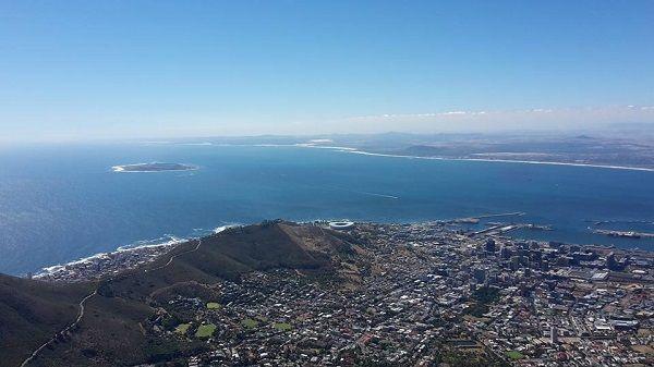 Niesamowity widok na stadion w Kapsztadzie - RPA • Cape Town Stadium, czyli pięknie położony stadion w RPA • Wejdź i zobacz więcej >> #football #soccer #sports #pilkanozna