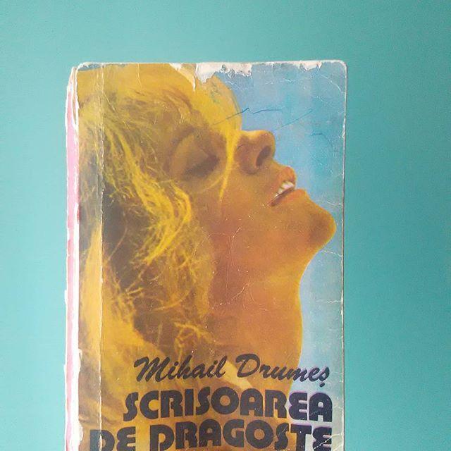 Azi am inceput aceasta carte.  Vreau sa citesc cat mai multe carti din biblioteca personala.  Sunt foarte curioasa daca o sa imi placa, pentru ca Invitatia la vals mi.a placut extraordinar de mult,  am citit.o in doar 2zile. Nu judecati va rog cartea dupa