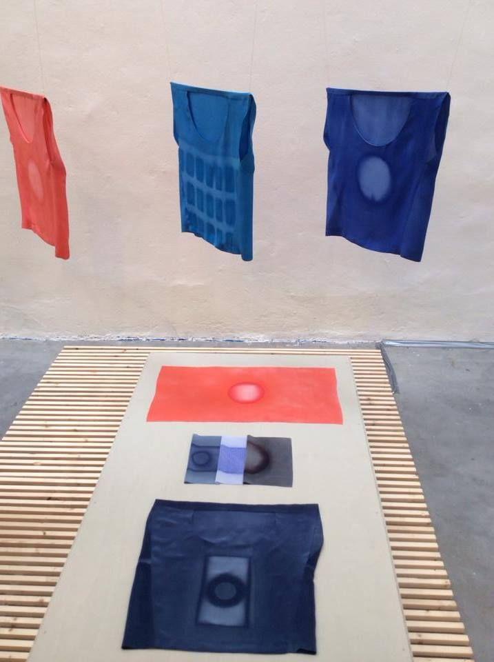 Jetske Visser, thema Steam. Nav collectieopdracht: zijden doeken geprint in TextielLab! Met sjablonen van patronen voorzien. Door handmatig te stomen over de sjablonen, waardoor de verf naar bepaalde delen trekt ontstaan deze patronen. Ze maakte een serie abstracte kledingvormen samen met een modeontwerper. De combinatie van industriële productiemethoden en handmatigheid wekte de interesse van Jetske.