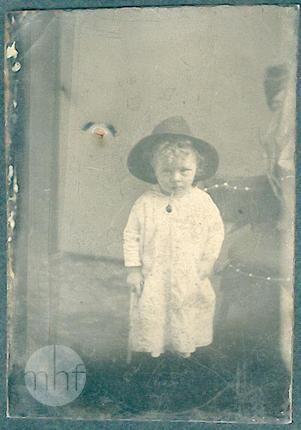 Dziecko z fajką; autor nieznany; Stany Zjednoczone; 1876-1900; utwór w domenie publicznej