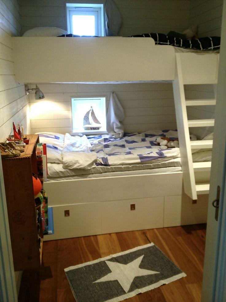 """Med plats för många barn och mycket grejer med smart platsbygd säng i fritidshuset! #www.hittahemnu.se"""""""