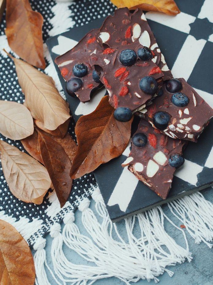 """HAPPY WEEKEND EVERYONE Jeg har latt meg inspirere av søte Irina og testet ut en oppskrift hun hadde på hjemmelaget sjokolade med mandler, goji bær og friske blåbær, en sunn variant av klassikeren Fruktnøtt! Jeg """"lagde"""" sjokolade helt fra bunnen av og smeltet økologisk kakaosmør og kakaomasse sammen med fersk vanilje og litt vaniljesukker, men"""