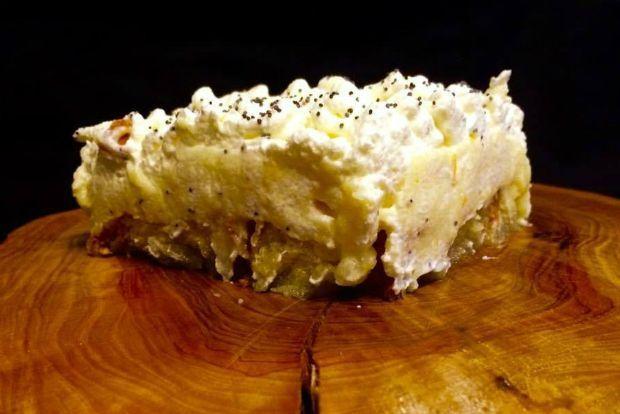 Περίσσεψε τσουρέκι; Τέλεια. Το ανακυκλώνεις. Το κόβεις σε φέτες, το ψήνεις στον φούρνο, το σιροπιάζεις, καλύπτεις με κρέμα ζαχαροπλαστικής και σαντιγί, πασπαλίζεις με παπαρουνόσπορο και έχεις έτοιμο ένα πεντανόστιμο γλυκό. Η συνταγή είναι του σεφ Σταμάτη Τσίλια, που ροκάρει φέτος στο εστιατόριο Malvasia.
