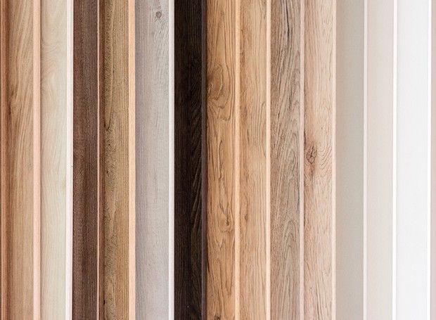 MDF E MDP: ENTENDA A DIFERENÇAO MDF é fabricado a partir da madeira em fibra. Ao fundirem-se com a resina, as fibras se prensam e formam a placa de madeira. A placa de MDF é homogênea e menos flexível. Por ser menos porosa, é mais utilizada na fabricação de peças curvas e móveis com cantos arredondados, por exemplo. Como a superfície da placa de MDF é lisa, aceita bem a pintura. Sua maleabilidade permite que seja cortada em qualquer sentido. Além disso, tem uma estrutura reforçada…