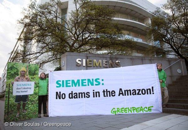 Empresas internacionais de olho na Amazônia – Ativistas do Greenpeace na Alemanha estiveram na sede da Siemens durante a reunião anual da empresa para informar os executivos e trabalhadores a respeito dos potenciais problemas envolvidos na construção da hidrelétrica de São Luiz do Tapajós. A Siemens é uma das empresas que poderá participar do projeto fornecendo tecnologia para a geração e transmissão de energia. A empresa já esteve envolvida em outros projetos danosos, como o de Belo Monte.