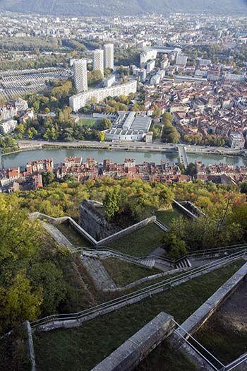 La bastille de grenoble : montagne fortifiée, balade, musée, vieilles pierres et grenoble vu d'en haut.