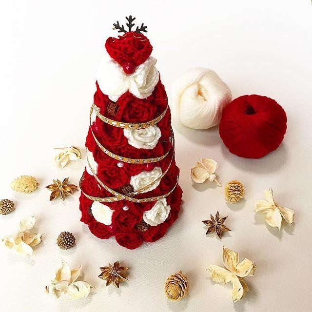ローズツリー🎄 小さな薔薇のモチーフで作った手編みのツリー。 クリスマスシーズンを迎え最近お嫁に行きました。 #クリスマス #クリスマスツリー #手編み #薔薇 #バラ #モチーフ #かぎ針編み #crochet #handmade #christmas #christmastree #インテリア雑貨 #rosetree