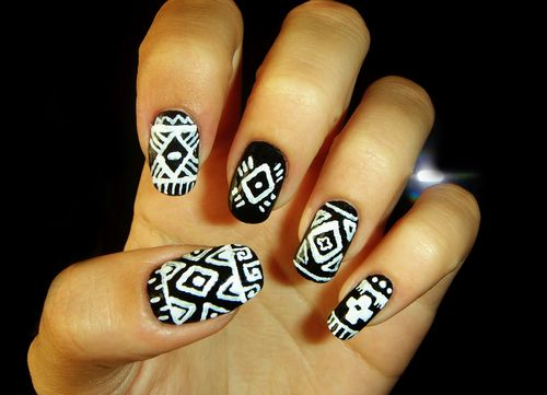 Perf black and white nail art