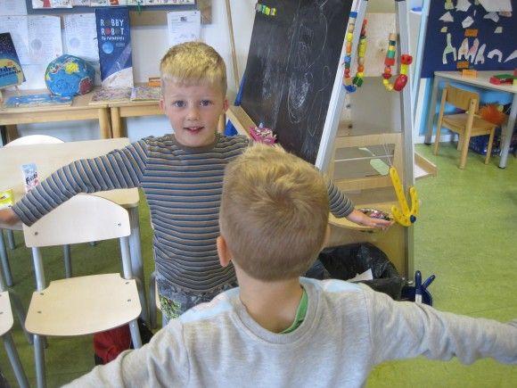 Toepassing 1:  De kinderen werken in tweetallen met een scherm tussen hen in, zodat ze niet kunnen zien wat de ander doet. Eén kind voert een handeling uit en vertelt hardop wat hij doet. Het ander kind moet dit nadoen. Als het klaar is, vergelijken de kinderen of hun resultaten hetzelfde zijn.