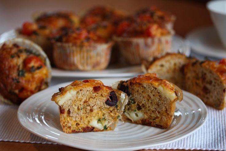 Muffins trenger slett ikke å være søte og syndige. Her har du noen kjempegode matmuffins, som inneholder grovt mel og som likevel blir veldig myke og luftige i konsistensen.    Muffinsene smaker fantastisk godt, og er stappfulle av godsaker: Brie, cheddar, soltørkede tomater, oliven, crème fraîche, fersk timian og cherrytomater.     Dette er dessuten gode og mettende matmuffins, som er populære som turmat!    Oppskrift og foto: Kristine Ilstad/Det søte liv.