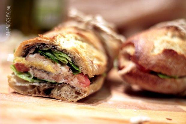 PAN BAGNAT - Pan bagnat to mega kanapka bardzo dobra na lunch lub kolację. To co włożymy do kanapki zależy od nas i od tego, co znajdziemy w lodówce. Smaku nadaje przede wszystkim świeża bagietka wysmarowana oliwą i tapenadą. Do tego wykorzystaliśmy wędzoną makrelę, ale można też skorzystać a tuńczyka w puszce. Bardzo dobre danie na lunch lub kolację.
